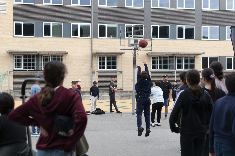 Unge spiller Basketball